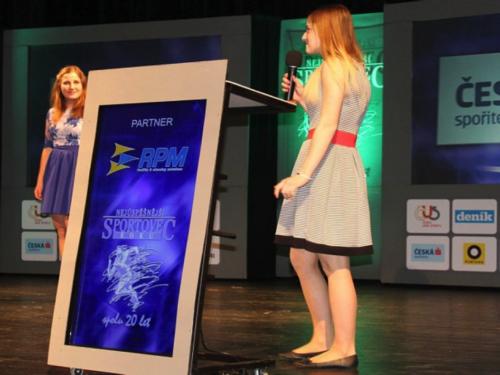 Žákyně umělecké školy si přebírá cenu pro sportovce roku